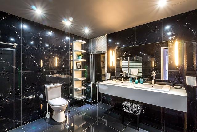 koupelna s černým obkladem