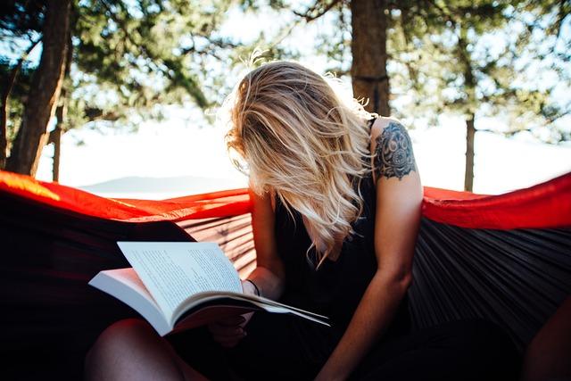 žena s knihou