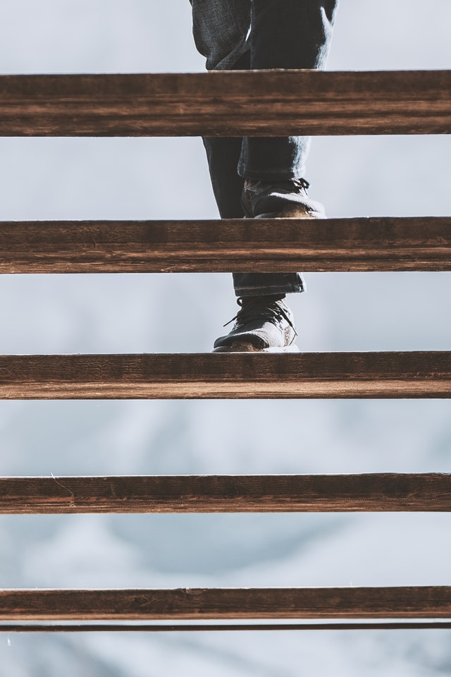 nohy na schodišti.jpg