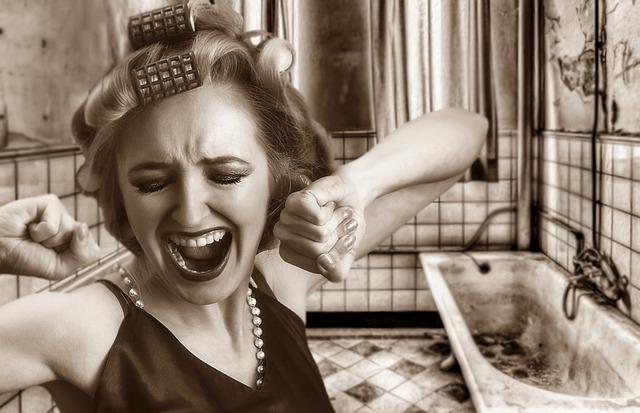 žena křičící v koupelně