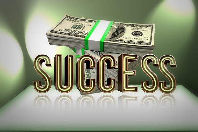 """balík peněz nad nápisem """"úspěch"""""""
