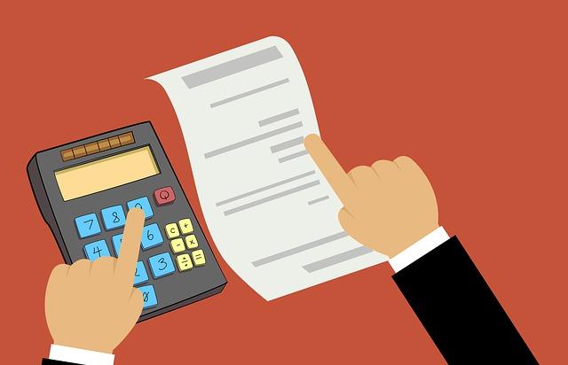 prsty ukazující na kalkulátor a papír s výdaji