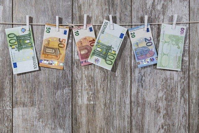 eura na věšáku